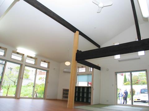 福岡市 介護施設 リビング。高い天井。
