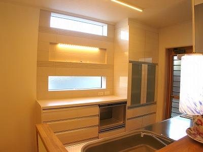 キッチン背面カウンターはエコカラットタイルをワンポイントで。