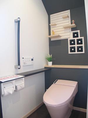 飾り棚とペーパーホルダーがおしゃれなトイレ