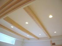 天井高を高くし、梁を化粧にしたリビング。
