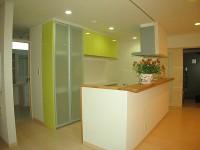 キッチンと色を合わせた背面収納