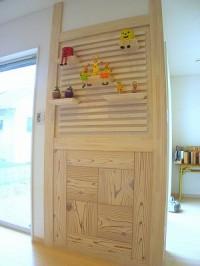 リビングの一画に木目がきれいな飾り棚をデザインしました。