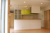 ダイニング、リビング、和室が見渡せるオープンキッチン。