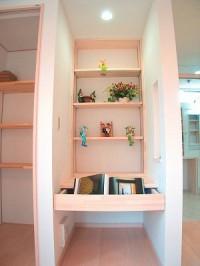 キッチン横のカウンターコーナー。本棚付なので、PCや読書、お勉強もできます。