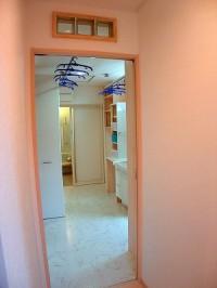 洗面と廊下の間仕切壁には明り取りでガラスブロックをつかいました。