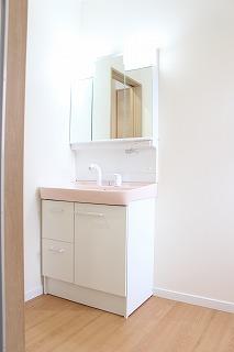 白が基調の洗面化粧台