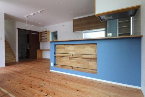 青い壁紙のキッチン